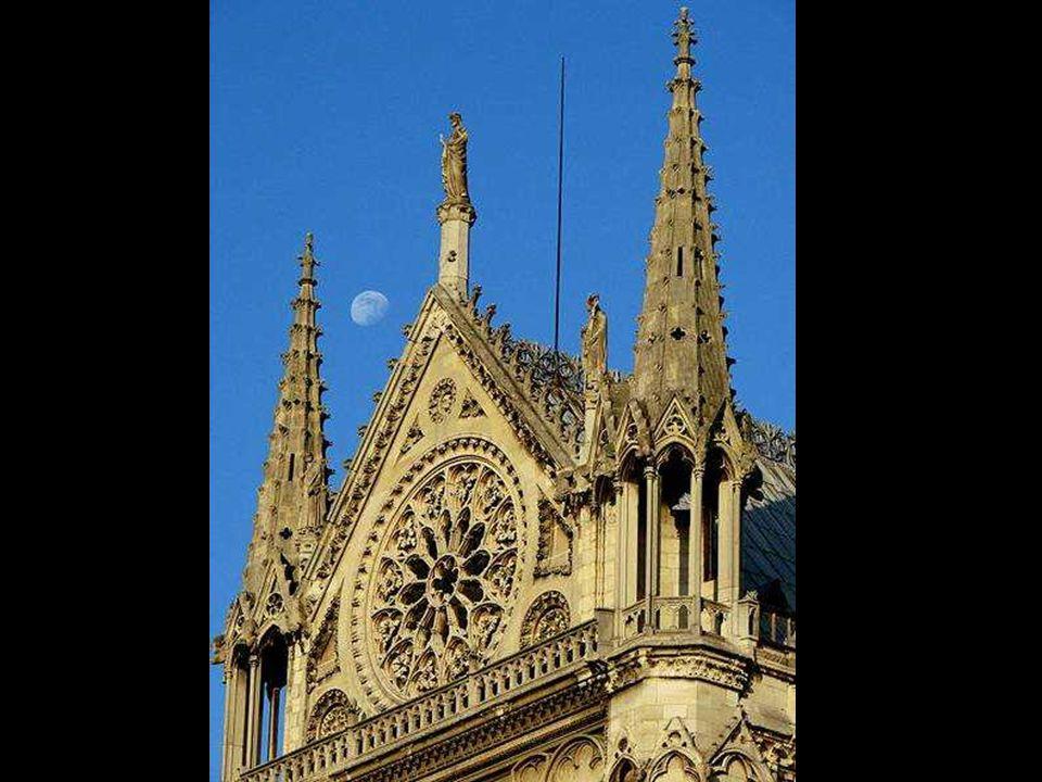 Após a morte de Chelles, Montreuil assume o projeto da fachada do transepto sul seguindo um traçado mais ou menos fiel ao do seu antecessor.
