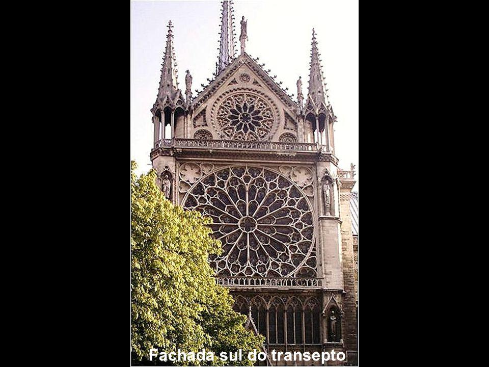 Fachada Sudeste Fachada do transepto sul Desse ângulo, pode-se observar a magnífica rosácea sul, ladeada por duas pequenas torres, e a delicadeza dos arcobotantes.