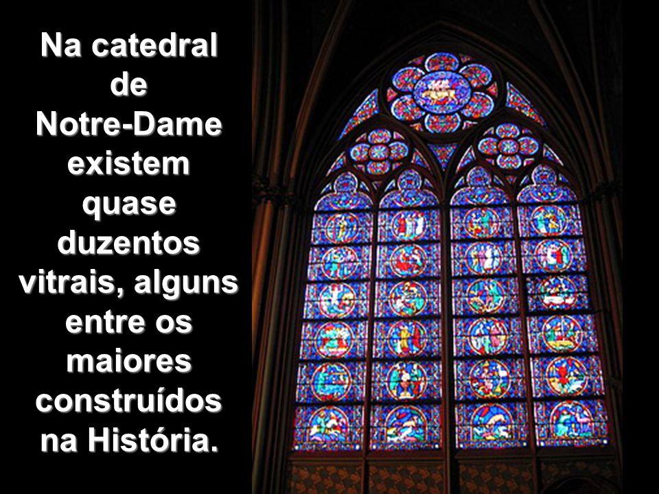 VITRAIS A introdução dos pilares na arquitetura gótica permitiu a substituição das sólidas paredes com janelas estreitas, do estilo românico, pela combinação de pequenas áreas de parede com grandes áreas preenchidas por vidros coloridos e trabalhados, chamados VITRAIS.