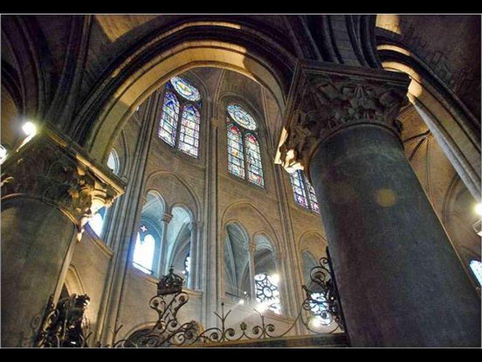 Na catedral de Notre-Dame existem quase duzentos vitrais, alguns entre os maiores construídos na História.
