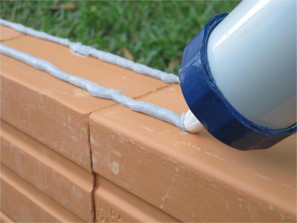 Se a concretagem da laje não for MUITO parelha e bem alinhada, é recomendável assentar a primeira carreira de tijolos com argamassa convencional.