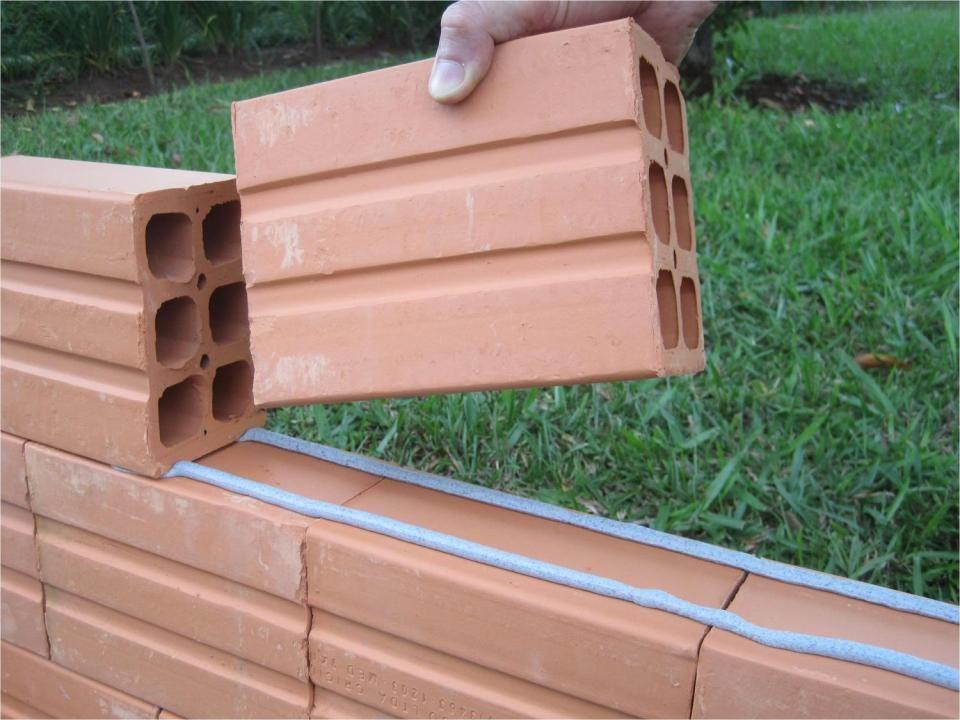 Construindo com cimento, cal e areia Mão de obra contratada: R$15/m 2 Construindo com a nova tecnologia Mão de obra contratada: R$8/m 2