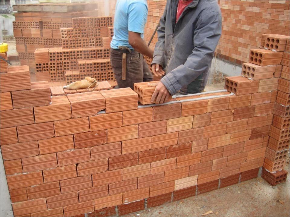 Argamassa convencional 1 m 2 de parede (tijolos de 6 furos) Cimento 3,13 kgs Cal 4,34 kgs Areia 40,18 kgs Total47,64 kg 1 m 2 de parede (tijolos de 6 furos) 1,5 kg +20% perdas sem perdas