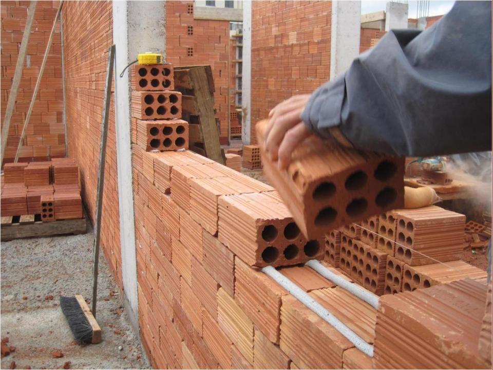 O nivelamento das carreiras de tijolos é proporcional à qualidade do tijolo e da prática do pedreiro com a Massa DOUTORFIX.