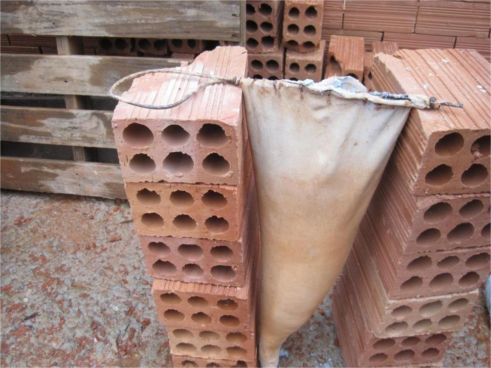 Argamassa Convencional 1 m 2 de parede 20+ kg (Fonte: ABCP e catálogo Votomassa) 1 m 2 de parede 1,5 kg Tijolos de 6 furos: Cimento 3,13 kgs Cal 4,34 kgs Areia 40,18 kgs Total 47,64 kg Blocos de concreto: Tijolos de 6 furos: 1,5 kg Blocos de concreto:
