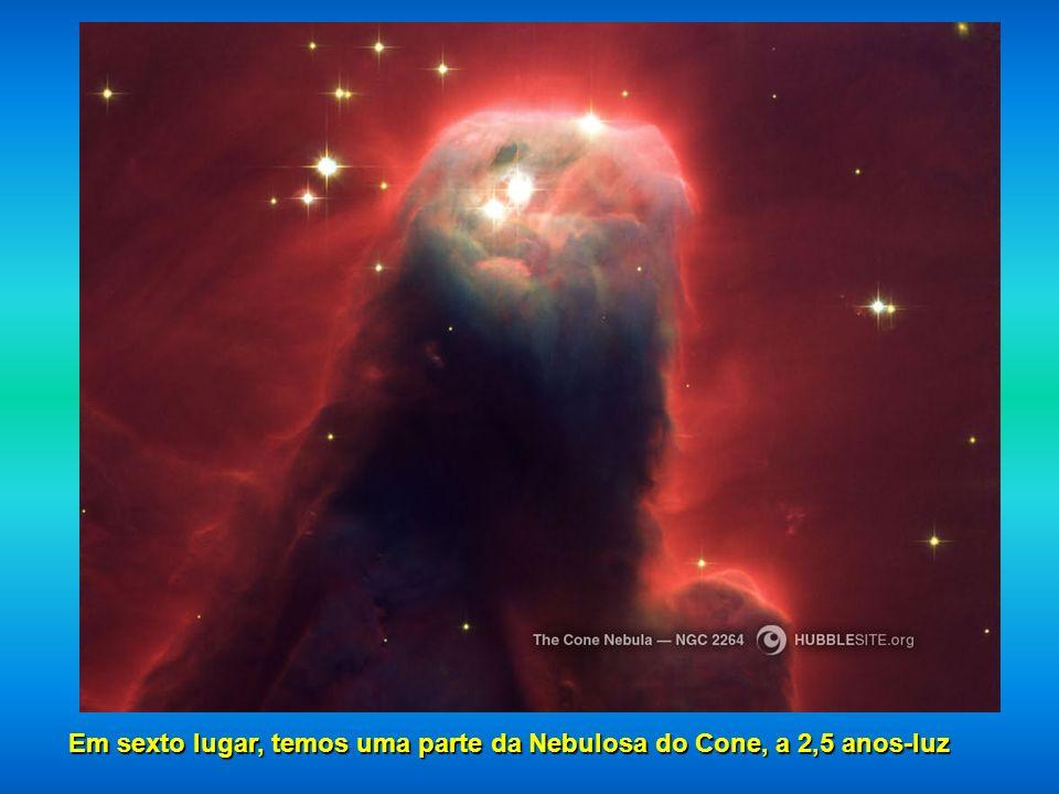 Quinto lugar, a Nebulosa Ampulheta localizado a 8.000 anos luz. É o resultado da explosão de uma estrela.