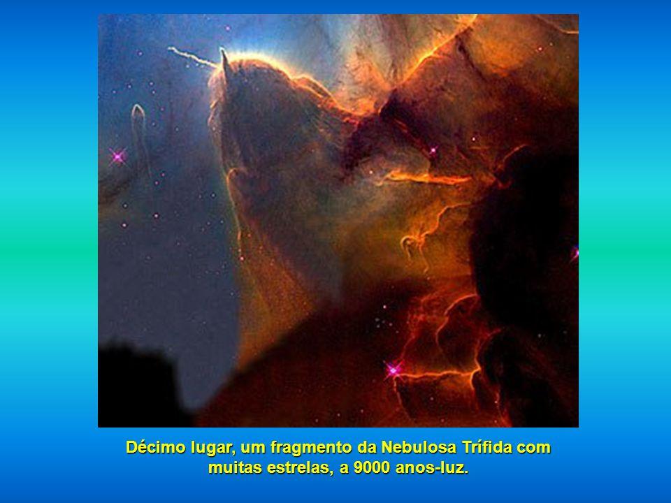 Em nono lugar, duas galáxias que se fundem, NGC 2207 e IC 2163 localizadas a 114 milhões de anos-luz.