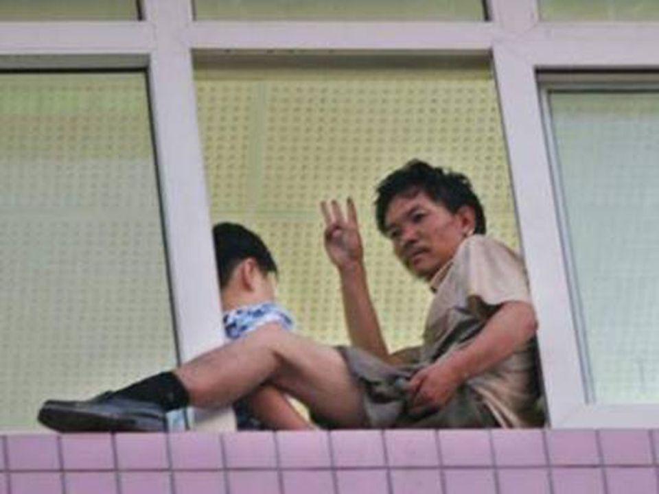 Negociadores chegam ao local pela janela ao lado para cumprir as exigências.