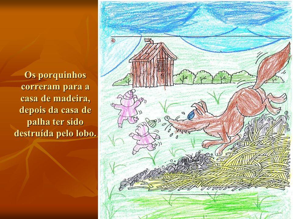 Os porquinhos correram para a casa de madeira, depois da casa de palha ter sido destruída pelo lobo.