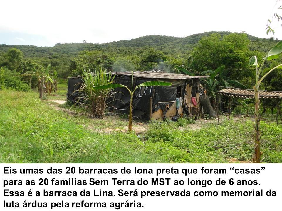 Eis umas das 20 barracas de lona preta que foram casas para as 20 famílias Sem Terra do MST ao longo de 6 anos. Essa é a barraca da Lina. Será preserv