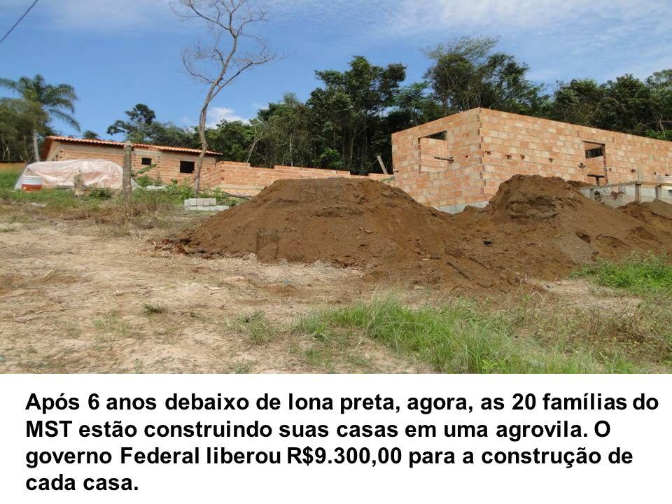 Após 6 anos debaixo de lona preta, agora, as 20 famílias do MST estão construindo suas casas em uma agrovila. O governo Federal liberou R$9.300,00 par