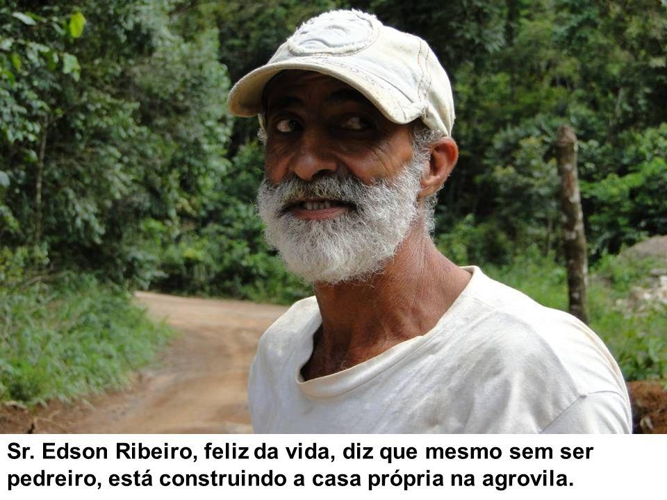 Sr. Edson Ribeiro, feliz da vida, diz que mesmo sem ser pedreiro, está construindo a casa própria na agrovila.