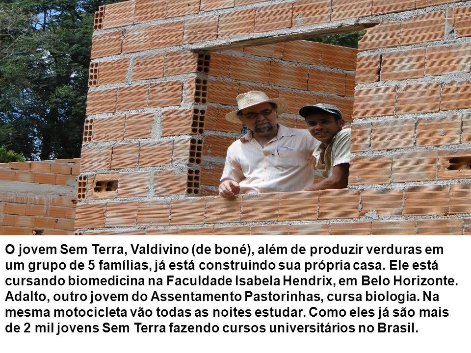 O jovem Sem Terra, Valdivino (de boné), além de produzir verduras em um grupo de 5 famílias, já está construindo sua própria casa. Ele está cursando b