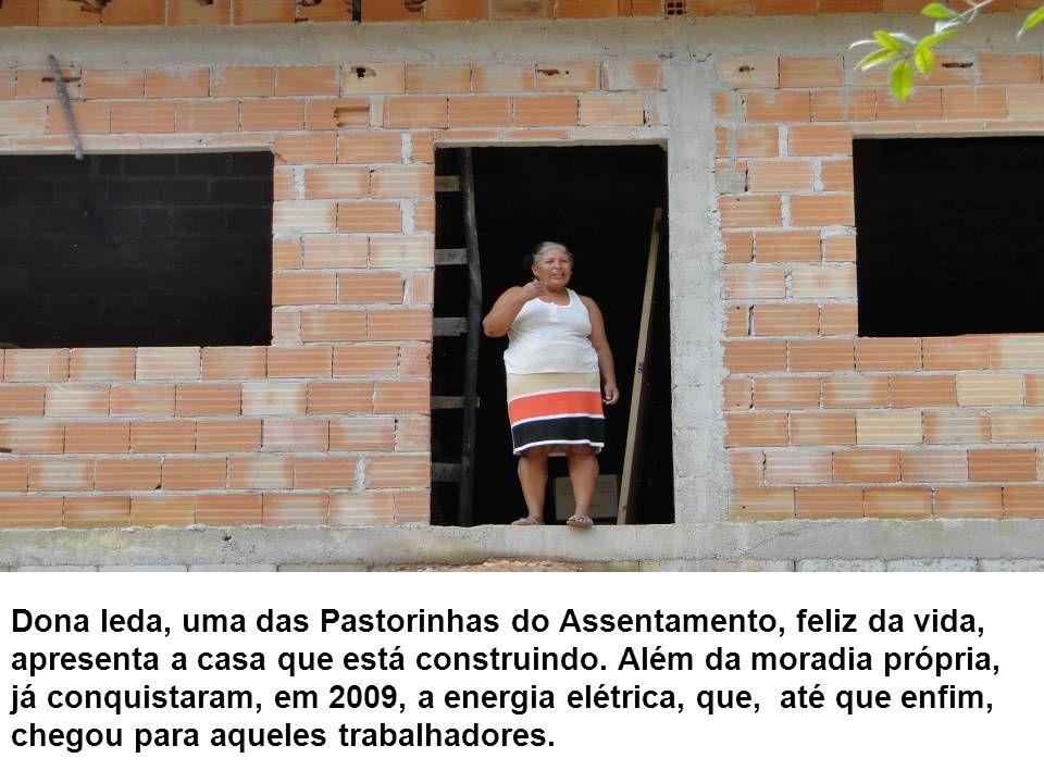 Dona Ieda, uma das Pastorinhas do Assentamento, feliz da vida, apresenta a casa que está construindo. Além da moradia própria, já conquistaram, em 200