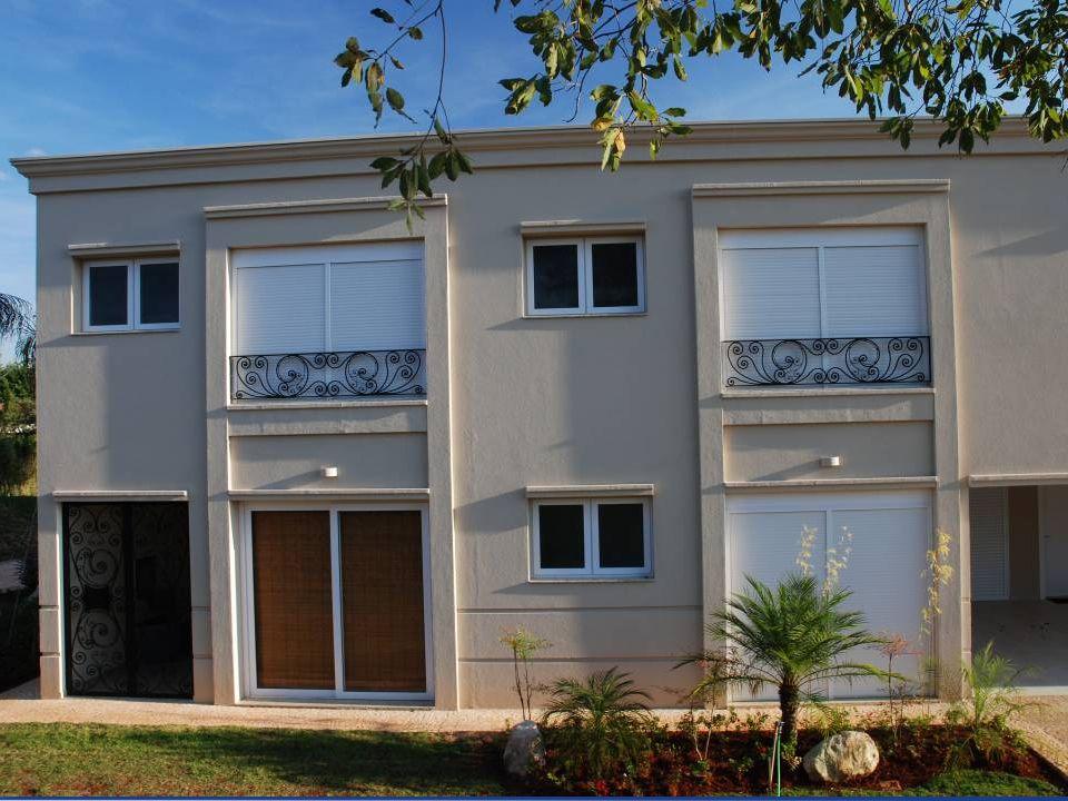 VANTAGENS ISOLAMENTO TÉRMICO As trocas de calor de uma casa acontecem principalmente pelas janelas e um bom isolamento térmico pode economizar até 75% de energia.