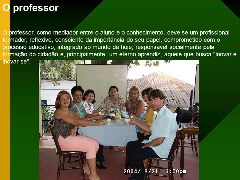 O professor O professor, como mediador entre o aluno e o conhecimento, deve se um profissional formador, reflexivo, consciente da importância do seu p