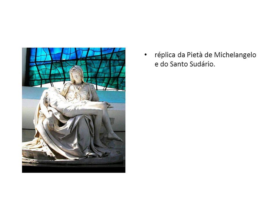 réplica da Pietà de Michelangelo e do Santo Sudário.