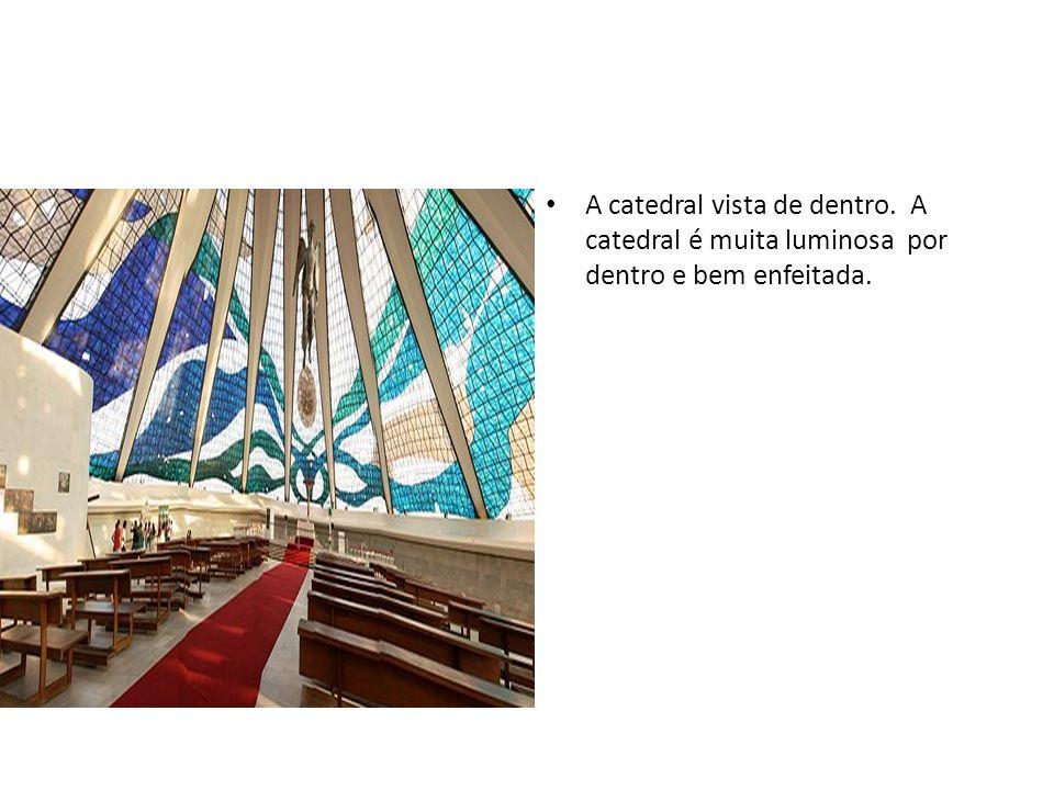 A catedral vista de dentro. A catedral é muita luminosa por dentro e bem enfeitada.