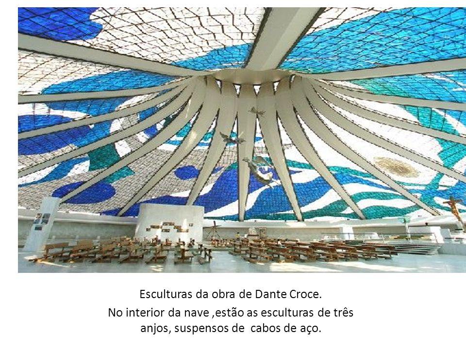 Esculturas da obra de Dante Croce. No interior da nave,estão as esculturas de três anjos, suspensos de cabos de aço.