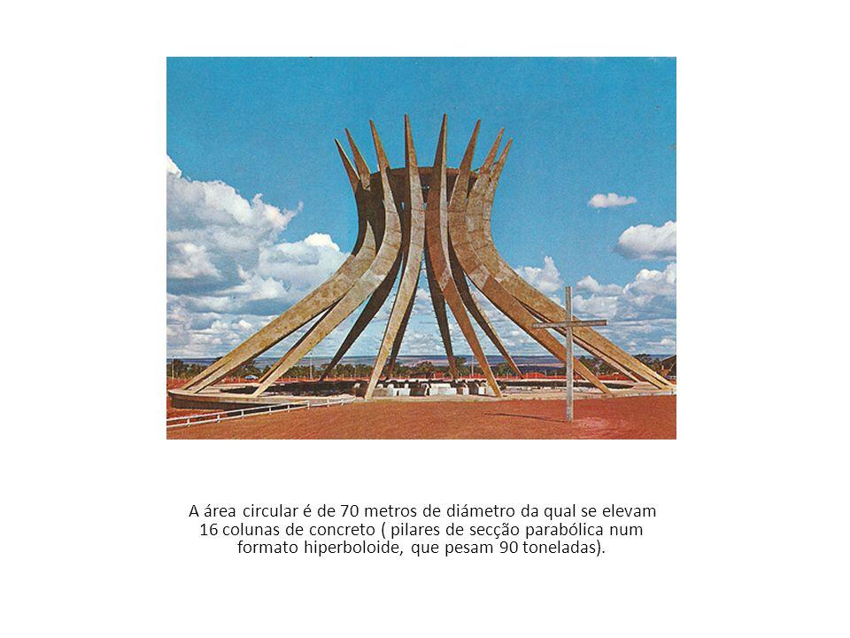 A área circular é de 70 metros de diámetro da qual se elevam 16 colunas de concreto ( pilares de secção parabólica num formato hiperboloide, que pesam