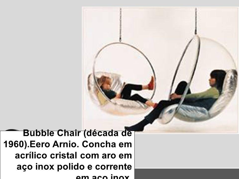 Bubble Chair (década de 1960).Eero Arnio. Concha em acrílico cristal com aro em aço inox polido e corrente em aço inox.