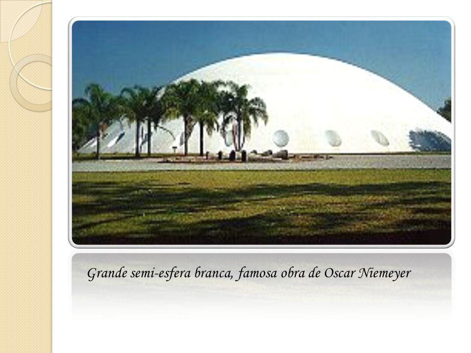 Grande semi-esfera branca, famosa obra de Oscar Niemeyer