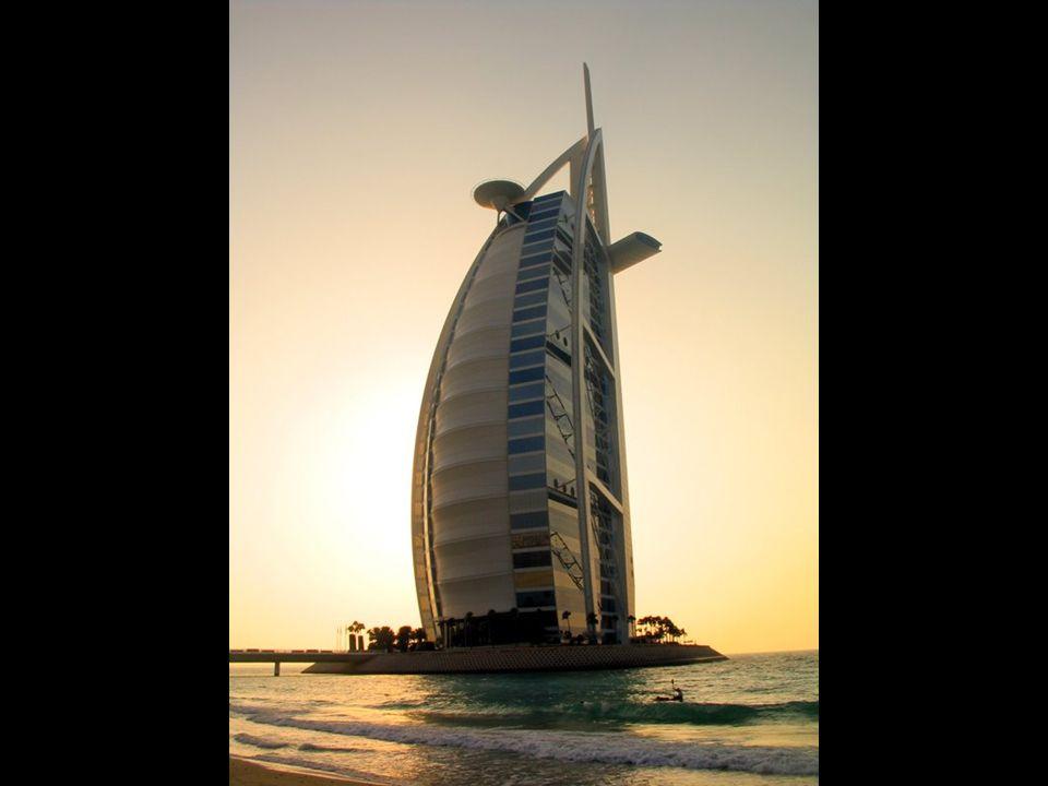 O hotel Burj al-Arab em Dubai. O hotel mais alto do mundo. Considerado o hotel mais luxuoso no mundo, o único hotel 7 estrelas. Está em uma ilha artif