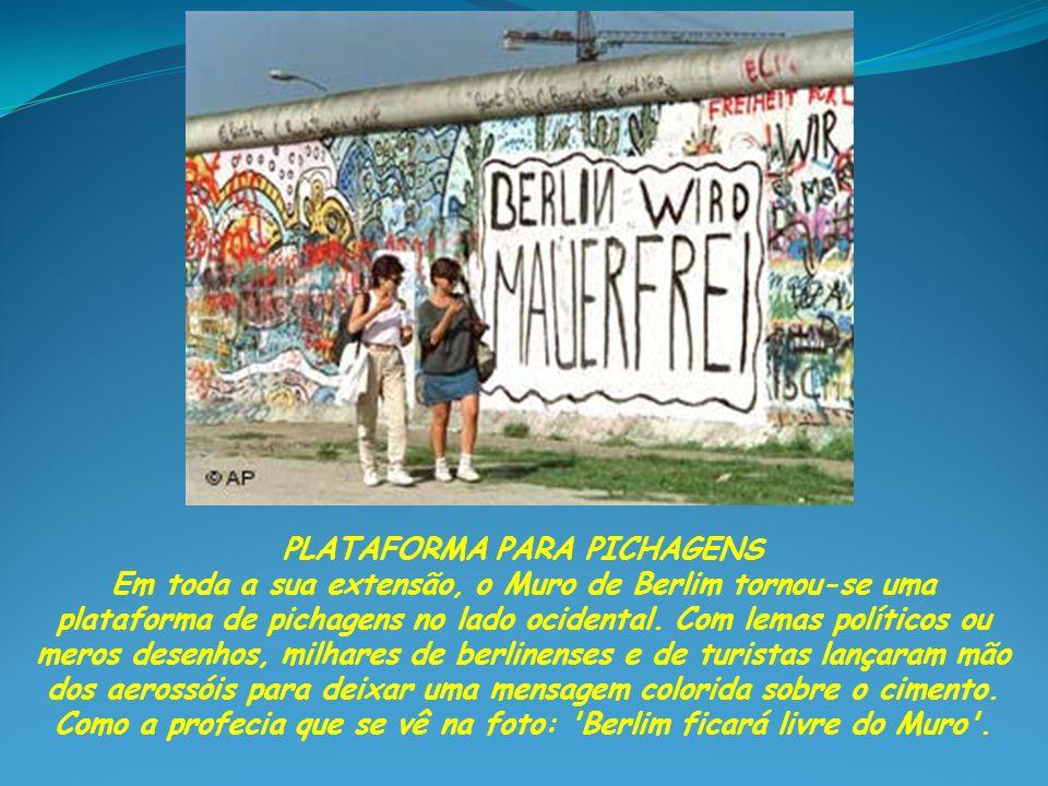 PROPAGANDA DOS DOIS LADOS Em outubro de 1964, foi posto um cartaz (à esq.) no lado oriental de Berlim com os dizeres: Acordos sobre salvo-condutos são melhores que provocações .