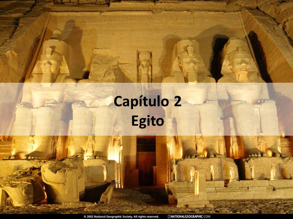 A história do Egito unificado é normalmente dividida em três períodos: Antigo Império Grandes obras de irrigação sob controle do Estado Desenvolvimento da agricultura Construção das grandes pirâmides Estado pacifista e isolado de outros Enfraquecimento gradativo A partir de 2200 a.C.
