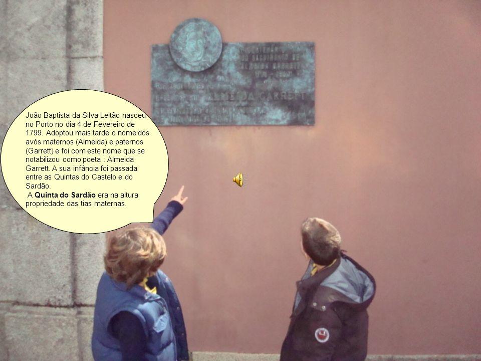 Olha, estás a ver, a placa comemorativa do nascimento de Almeida Garrett.