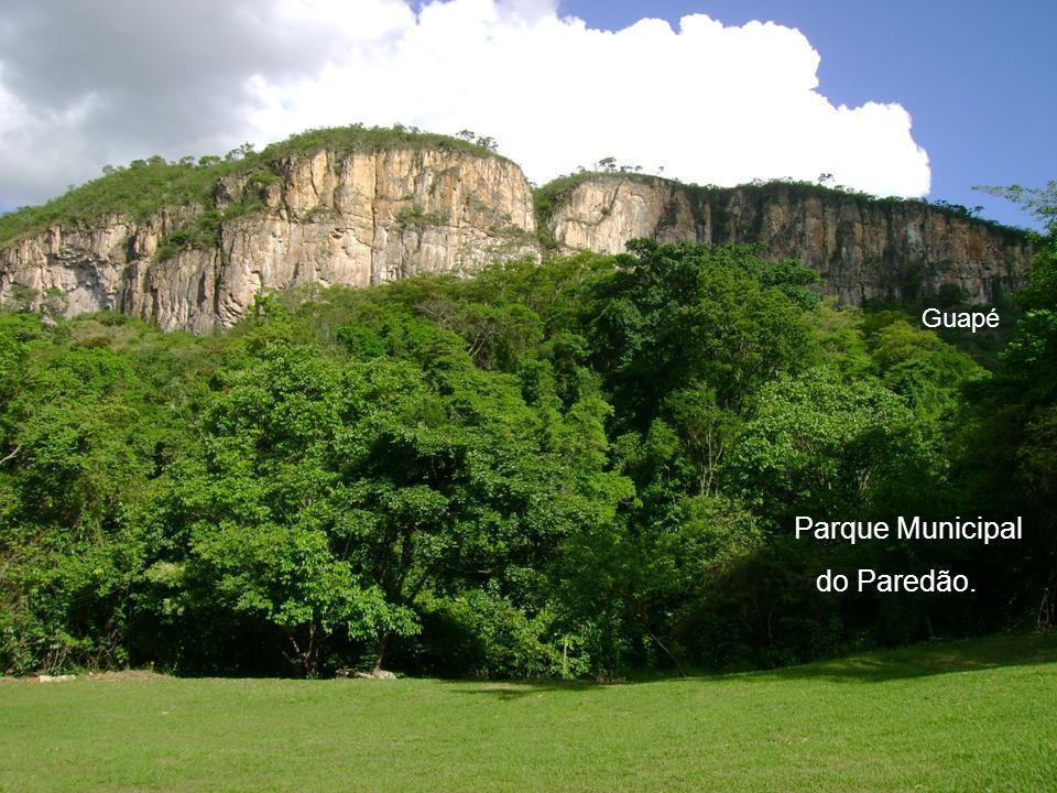 G u a p é Mas tem gente que vem também atrás de belezas naturais, que resistiram lá no alto das montanhas das Minas Gerais...