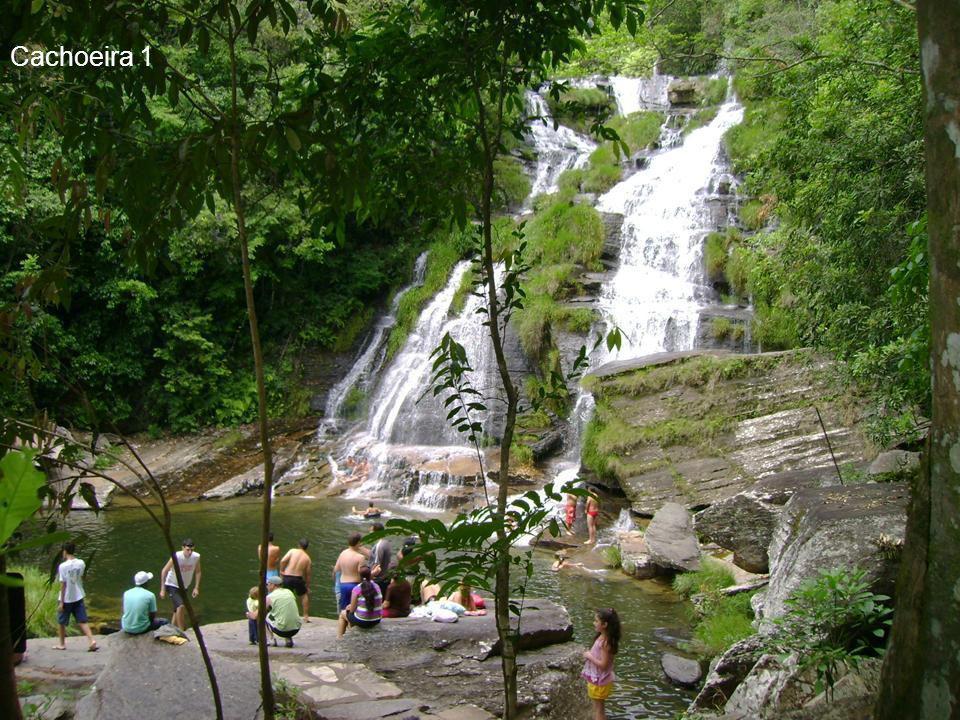 Lá do alto, nascentes vão descendo e formando lindas cachoeiras... Para a escalada existe uma trilha segura, que leva até as nascentes.