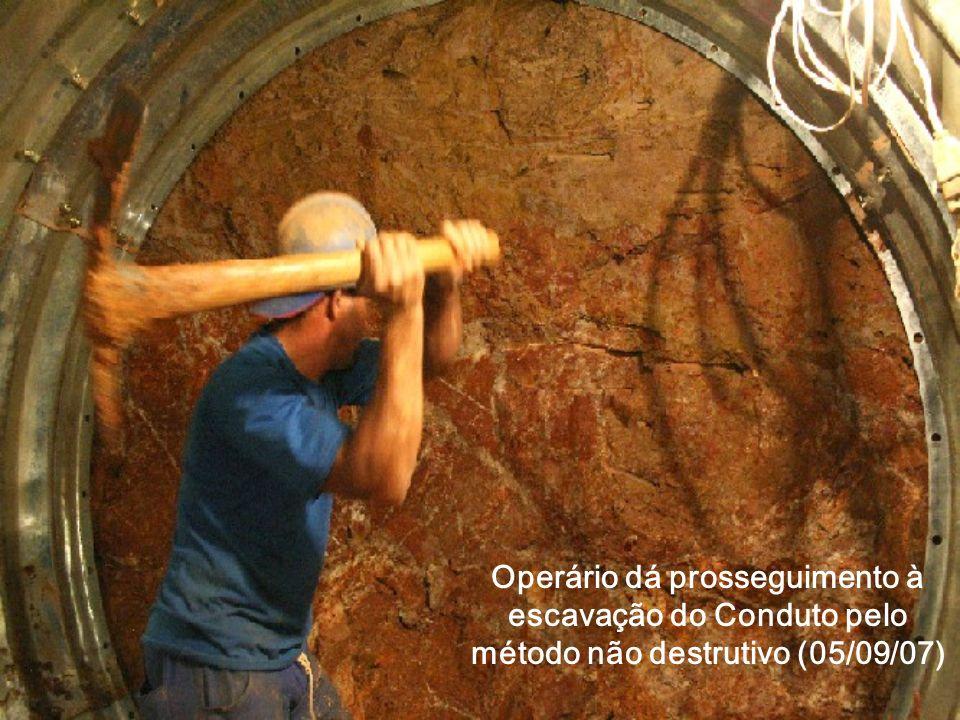 Operário dá prosseguimento à escavação do Conduto pelo método não destrutivo (05/09/07)