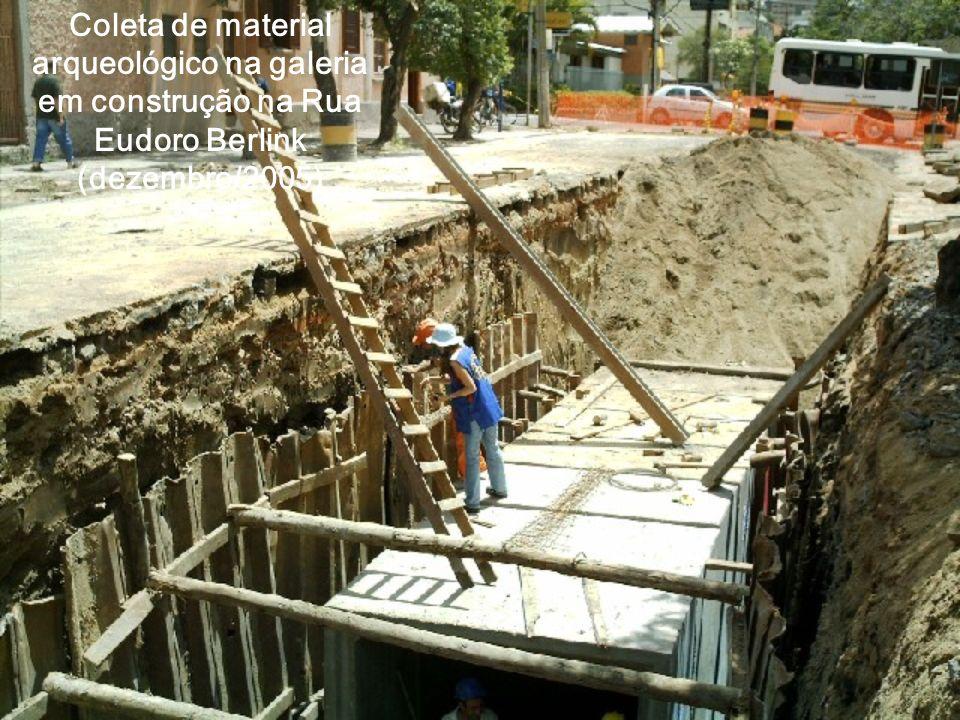 Coleta de material arqueológico na galeria em construção na Rua Eudoro Berlink (dezembro/2005)