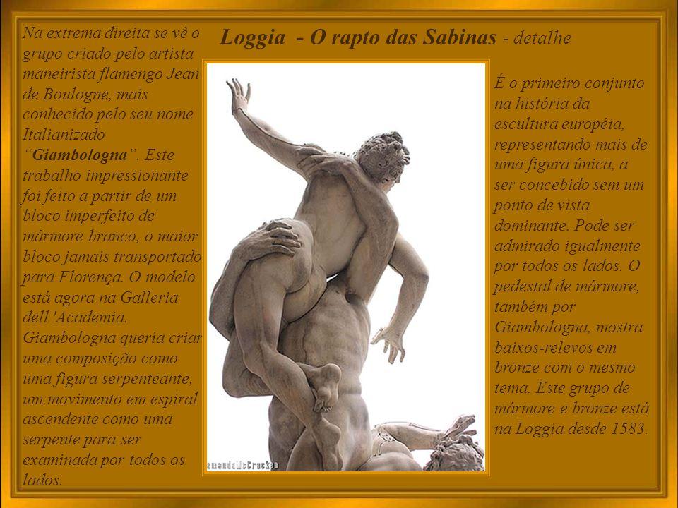 Loggia dei Lanzi Construída no século XIV como local de assembléias e cerimônias, posteriormente como alojamento dos mercenários do grão-duque Cosimo I de Medici, denominados lanzi (corruptela de Lanzichenecchi ), hoje expõe famosas esculturas, entre outras Perseu, de Cellini; o Rapto de Polyxena, de Pio Fedi, e o Rapto das Sabinas.