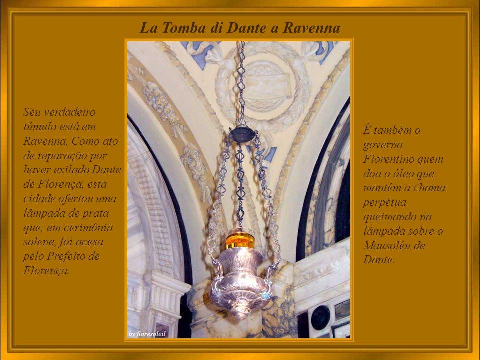 Santa Croce – Cenotafio di Dante Alighieri Dante, o autor da Divina Comédia, também tem aqui o seu túmulo honorário, pois foi exilado de Florença.