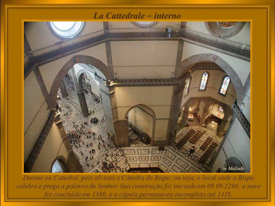 Duomo e il Campanile di Giotto O Campanile de Giotto é um campanário edificado em separado que faz parte do complexo de edifícios que compõem o Duomo.