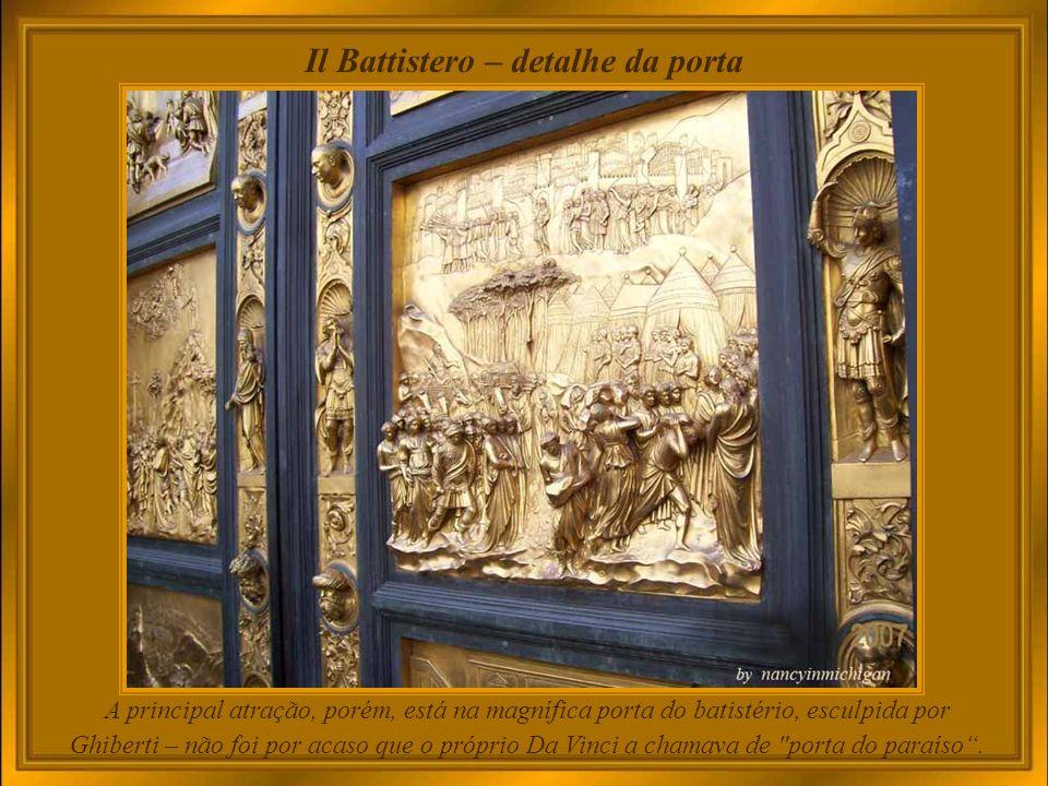 Il Battistero Inúmeros turistas admiram e transitam entre a Duomo e o Batistério.