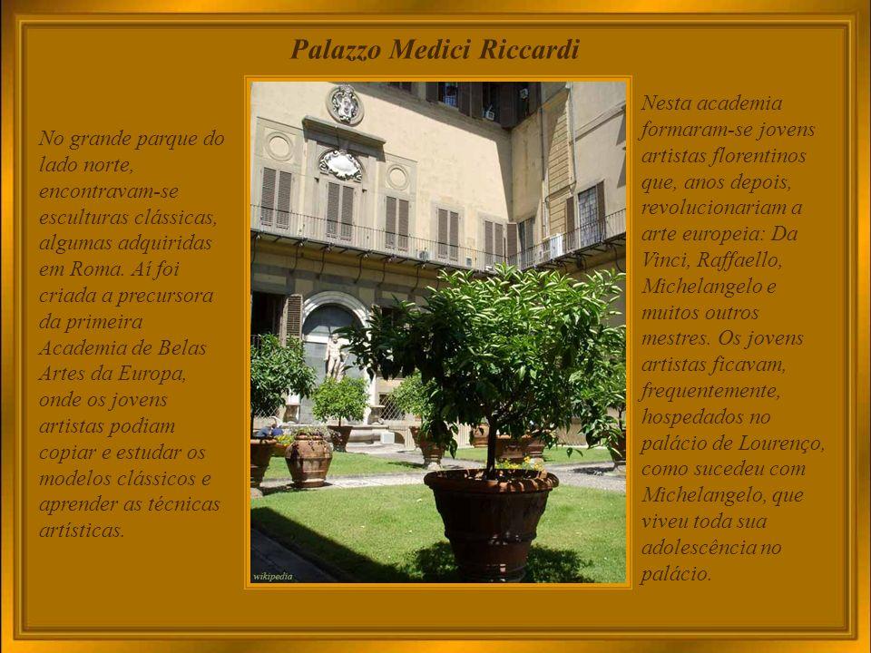 Palazzo Medici Riccardi O patriarca da fortuna dos Medici, Cosme o Velho, fez construir o palácio, imponente mas sóbrio e austero (1444-1452 ou 1460), contornando um pátio com colunas coríntias, e exterior com efeitos de bossagem rústica contrastando com a delicadeza das bíforas dos andares superiores.