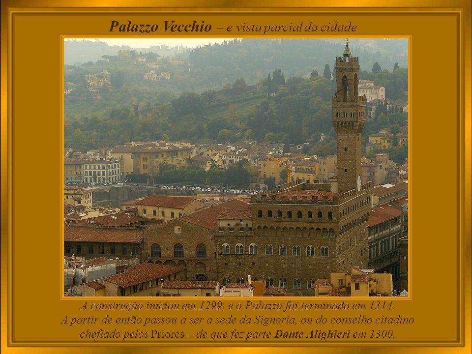 Firenze, cidade italiana enriquecida por obras de arte que circundam seus dois maiores destaques arquitetônicos: Palazzo Vecchio e Duomo Santa Maria del Fiore.