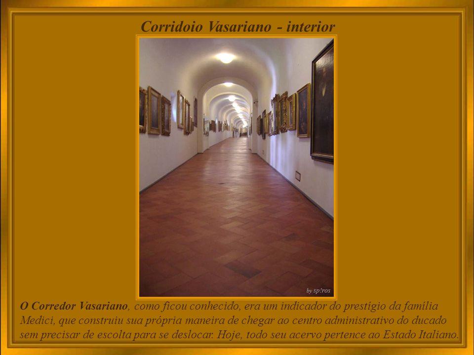 A encomenda de Cosimo I a Giorgio Vasari, grande pintor e arquiteto, resultou no edifício para sediar os escritórios da Toscana, chamados ofícios (uffizi).