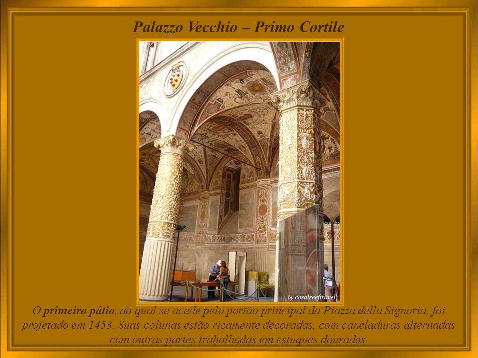 Palazzo Vecchio - entrada Inaugurado como Palazzo della Signoria, em 1565 teve seu nome alterado para Palazzo Vecchio, quando a Corte do Grão-Duque Cosimo I se transferiu para o novo Palazzo Pitti, e a administração governamental e os magistrados para a adjacente Galleria degli Uffizi.