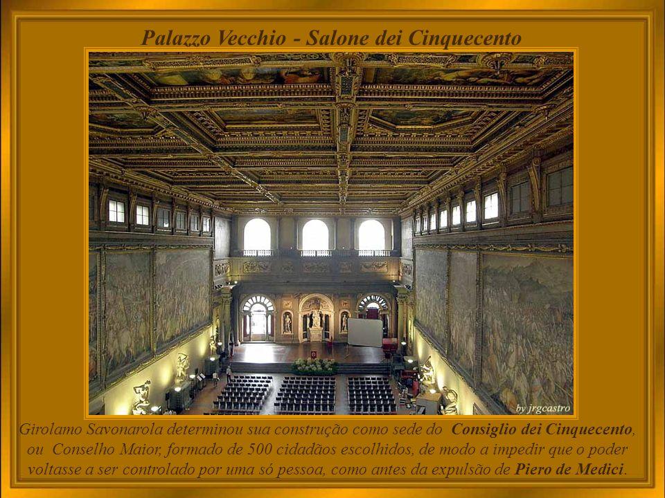 Palazzo Vecchio – Primo Cortile O primeiro pátio, ao qual se acede pelo portão principal da Piazza della Signoria, foi projetado em 1453.