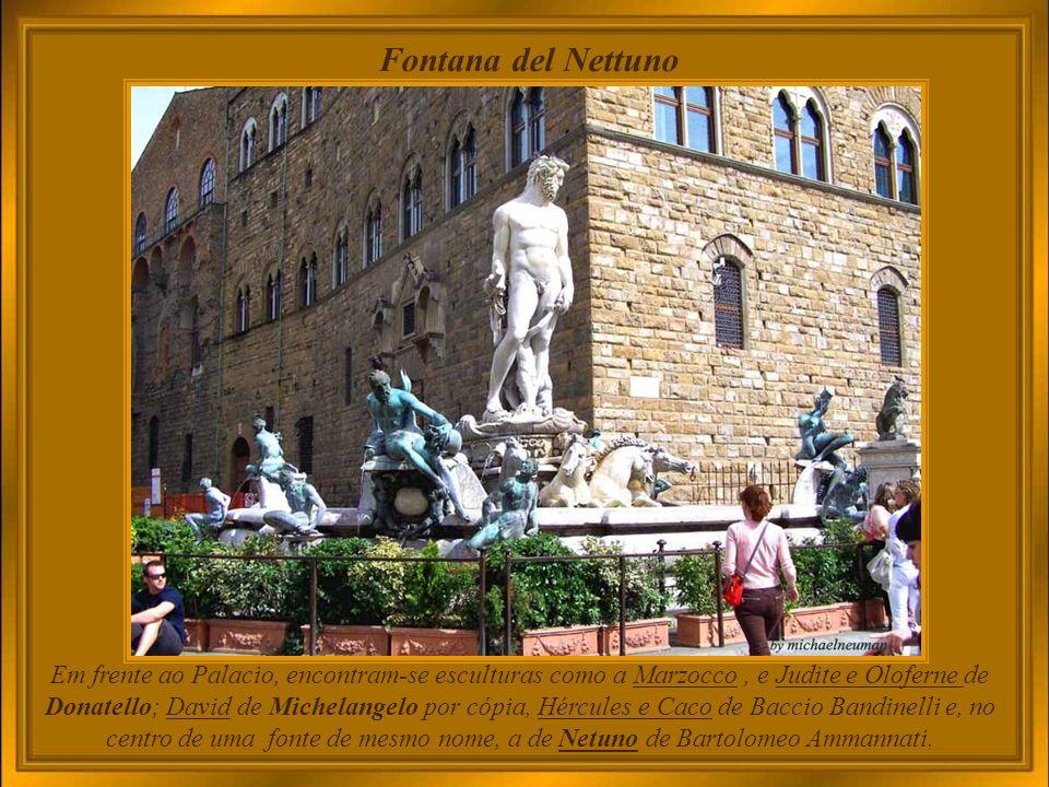 Palazzo Vecchio - Salone dei Cinquecento Girolamo Savonarola determinou sua construção como sede do Consiglio dei Cinquecento, ou Conselho Maior, formado de 500 cidadãos escolhidos, de modo a impedir que o poder voltasse a ser controlado por uma só pessoa, como antes da expulsão de Piero de Medici.