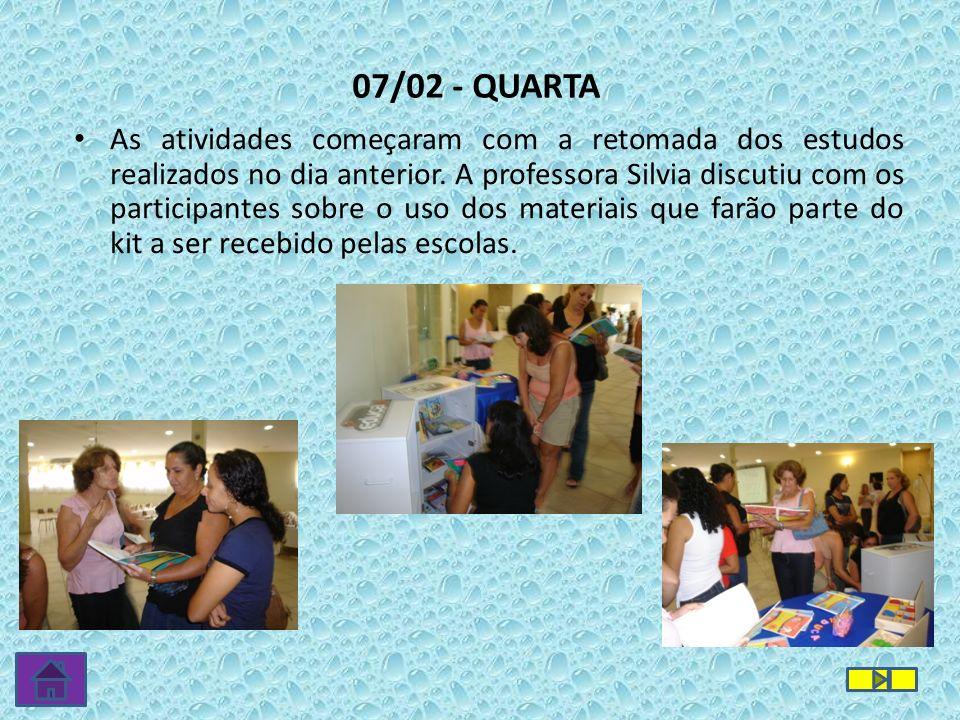 As atividades começaram com a retomada dos estudos realizados no dia anterior. A professora Silvia discutiu com os participantes sobre o uso dos mater