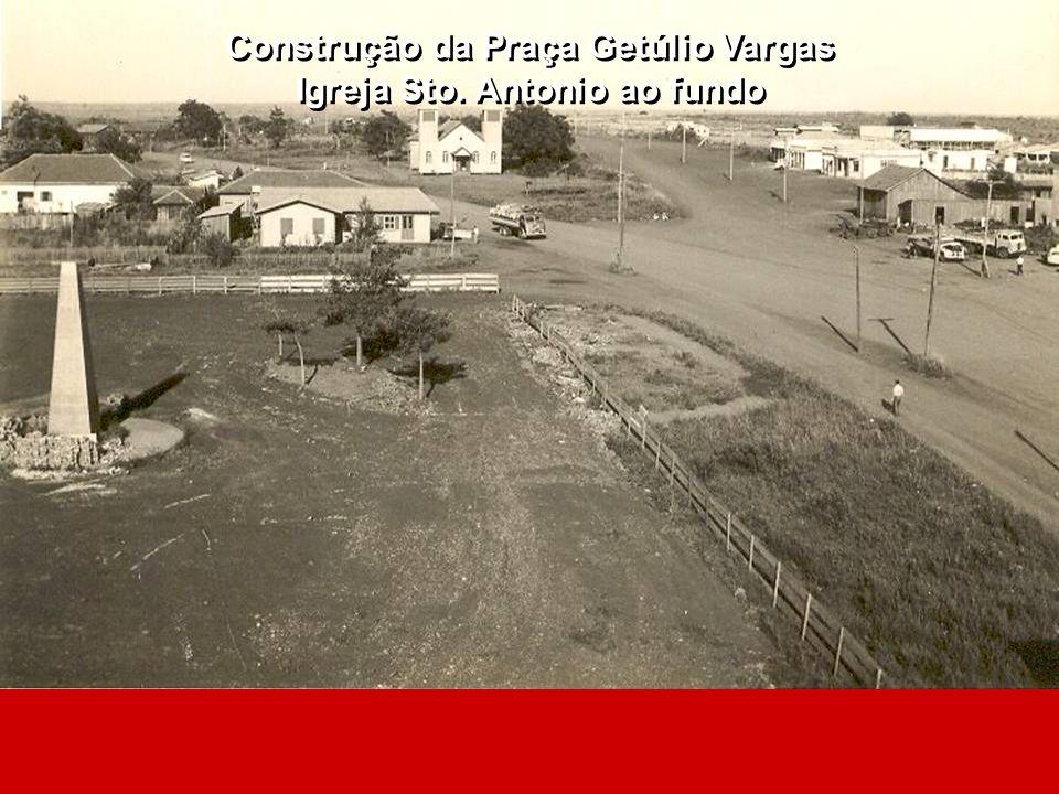 Construção da Praça Getúlio Vargas Igreja Sto. Antonio ao fundo