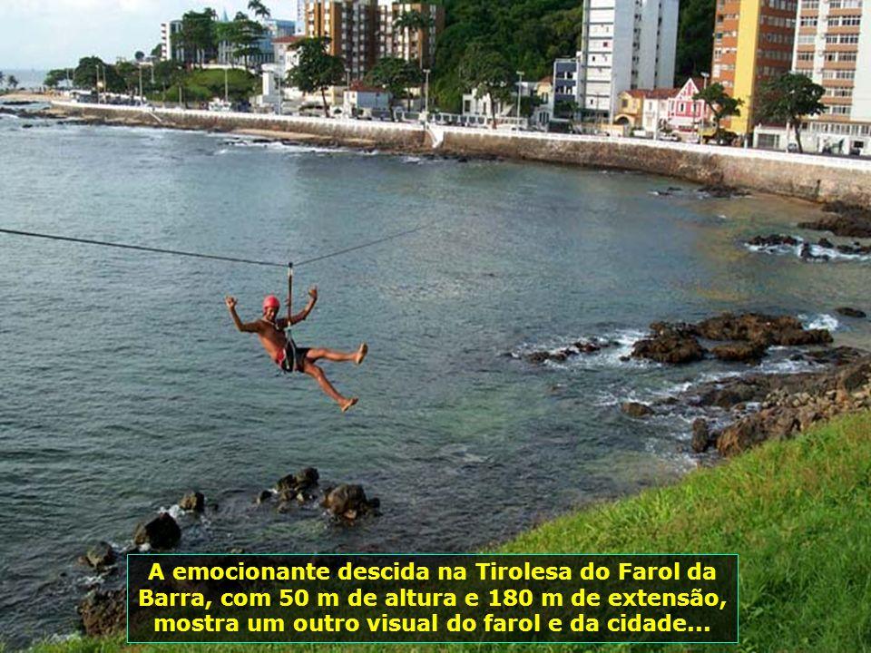 O Farol de Aveiro ou Farol da Barra como é mais conhecido, foi construído em 1893, com altura de 66 m do nível do mar. Ele pode ser visto a 42 km de d