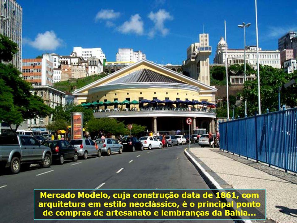 Feira de Artesanato em frente ao Mercado Modelo, uma mostra da arte popular baiana...