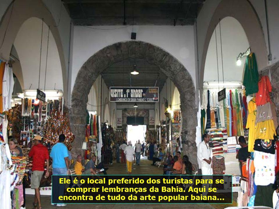 O visual noturno do Mercado Modelo é maravilhoso, ao lado do Elevador Lacerda (em azul). Nele estão dois dos mais tradicionais restaurantes da culinár