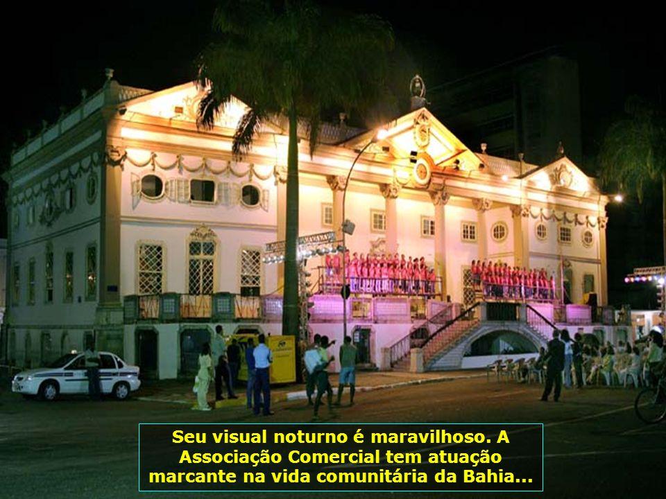 O belíssimo prédio da Associação Comercial da Bahia, inaugurado em 1817, no estilo inglês do séc. XIX...